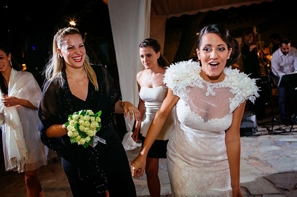 bride-throwing-bouquete-tradition