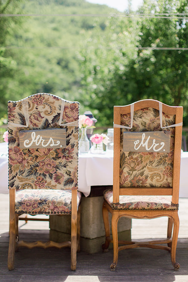 mr-and-mrs-signs-on-chairs
