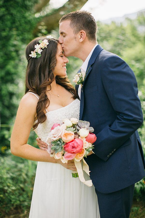 wedding-in-provence-bridal-couple-photoshoot-bouquet