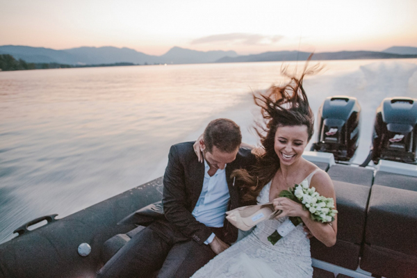 brides-arival-with-boat