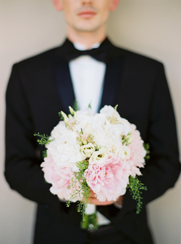 bridal-bouquet-with-peonies-lycianthus-roses