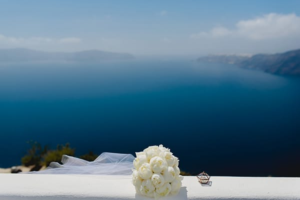 intimate-wedding-minimal-details-santorini_05