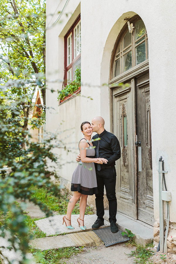 intimate-civil-ceremony-greenery-background_10