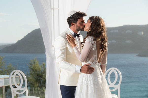 Luxurious wedding with white and gold details in Mykonos