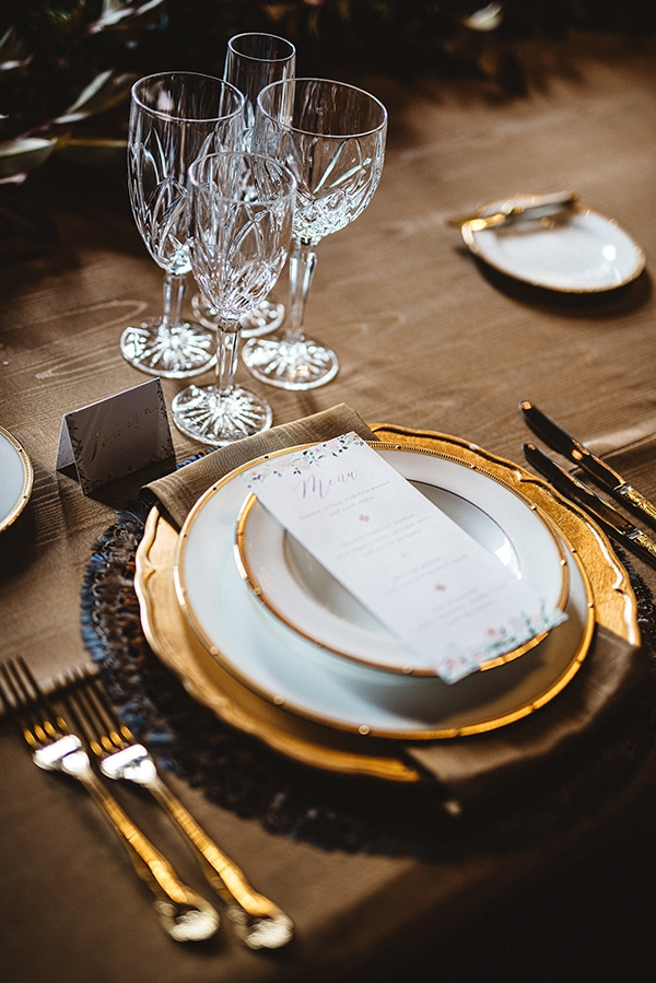 gorgeous-styled-shoot-navy-hues-gold-luxury-details_19