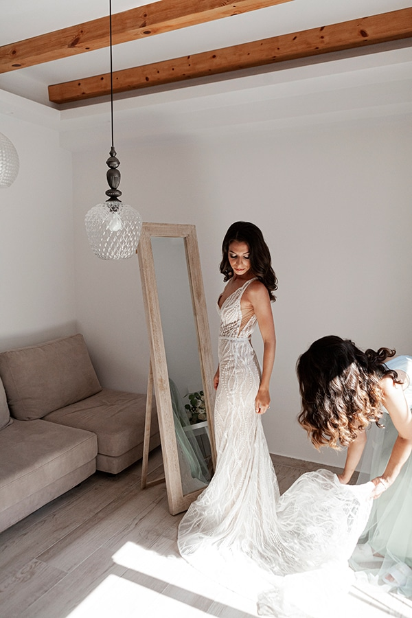 romantic-wedding-santorini-white-fresh-flowers-greenery_11